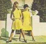 kobiety w żółtych sukienkach